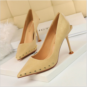 Retro women's slim-heeled, high-heeled, shallow-mouthed, sexy nightclub slim, pointed metal riveted single shoes