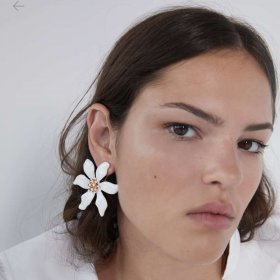 Asymmetric earrings with white leaves and flowers