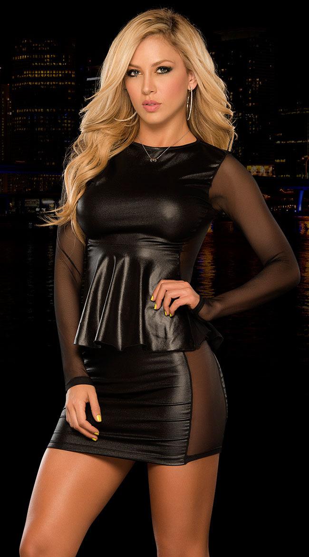 красивая девушка блондинка в мини платье фото