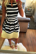 Estampado de rayas blancas negras con vestido skater con fondo amarillo 19707-3