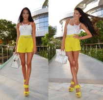 Witte Strapy Top en Yellow Shorts 20011
