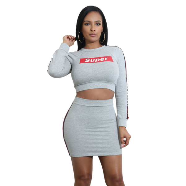Falda y top de manga larga con letras
