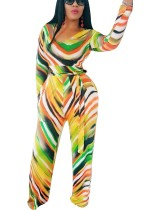 Mono de rayas de colores con mangas completas