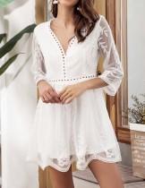 Vestido corto de encaje blanco con cuello en v