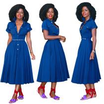 Blaues langes, plissiertes Kleid mit kurzen Ärmeln