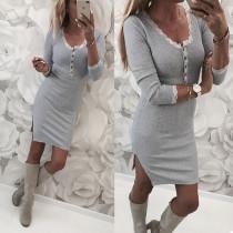 Vestido gris con curvas y ribete de encaje
