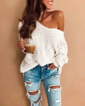 Locker sitzender weißer Pullover mit V-Ausschnitt