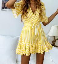 Gestreepte jurk met trekkoord en korte mouwen