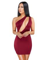 Bir omuz mini elbise kesip