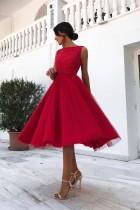 Красное кружевное платье без рукавов
