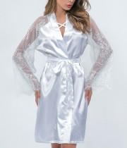 Witte zijden nachtkleding met kanten mouwen