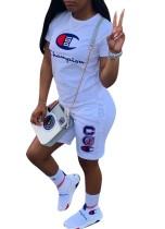 Camisa de manga curta e calções desportivos