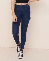 Jeans ajustados azules de moda joven