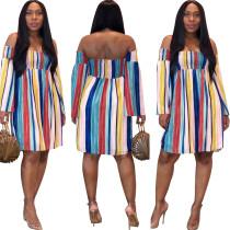 Bunt gestreiftes trägerloses beiläufiges Kleid