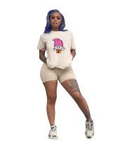 Weißes Print-Shirt und enge Shorts