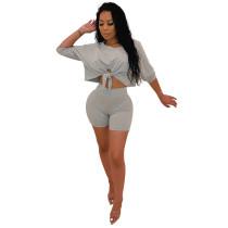 Camisa sexy con corte suelto y pantalones cortos ajustados