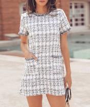 Weißes gestricktes kariertes Minikleid