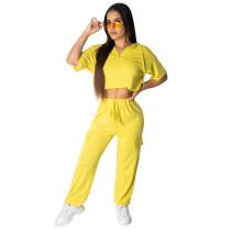 Pantalón corto deportivo y pantalones sueltos amarillos