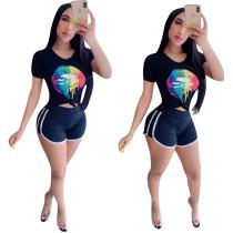 Camisa ajustada deportiva y pantalones cortos