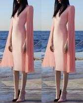 Gelegentliches rosa Midikleid mit gerippten Faltenärmeln