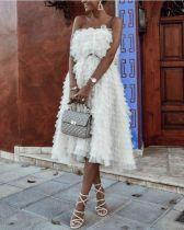 Falda sin tirantes y una falda de una línea de capa blanca