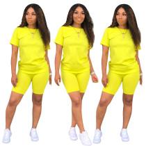 Einfaches Basic-Shirt und enge Shorts