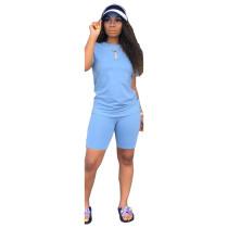 Camisa básica lisa y pantalones cortos ajustados