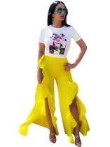 Weißes Hemd und gelbe Rüschenhose mit Schlitz