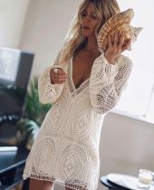 Weißes, tiefes V-förmiges Minikleid
