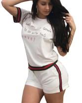 Weißes bedrucktes O-Neck Shirt und Shorts