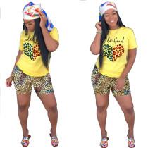 Camisa con cuentas amarillas y pantalones cortos de leopardo