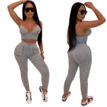 Sujetador deportivo gris y pantalones ajustados