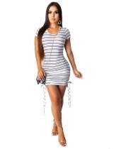 Mini abito con increspature a righe con scollo a O