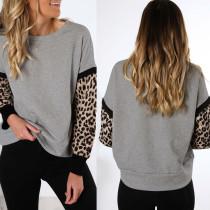 Chemise grise à col roulé et manches imprimées léopard