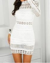 Белое мини-платье с длинными рукавами