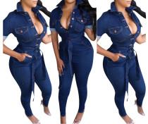 Enger Jeansoverall mit blauem Knopf und Gürtel