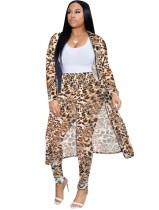 Hose mit hoher Taille und langem Mantel mit Leopardenmuster
