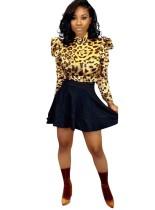 Conjunto de camisa con estampado de leopardo y falda negra de una línea
