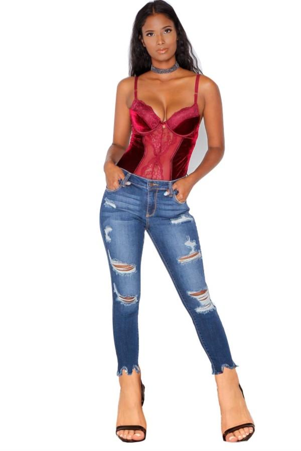 Jeans attillati strappati blu alla moda