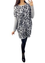 Graues Pullover-Kleid mit Leopardenmuster