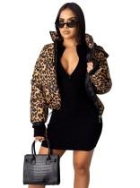 Chaqueta corta acolchada con estampado de leopardo