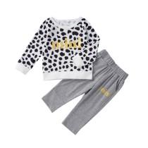 Camisa e calças de criança com leopardo