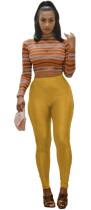 Top corto ajustado ajustado a rayas y leggings sólidos