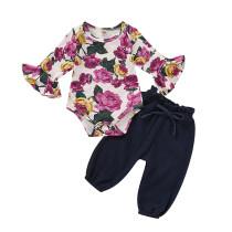 Baby-Blumenspitze und normale Hosen