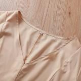 Kurzes Kleid mit V-Ausschnitt und geschlitzten Ärmeln und Gürtel