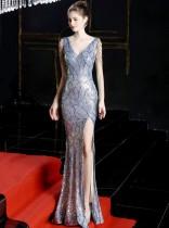 Вечернее платье с разрезом и V-образным вырезом с блестками