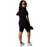Bedrucktes Sommerhemd und enge Shorts