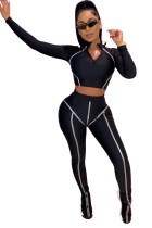 Schwarzes, eng geschnittenes Oberteil und Hose mit Print
