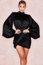 Schwarzes Minikleid mit Rüschen und Knallärmeln