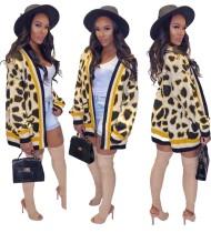 Abrigo con estampado de leopardo y mangas largas